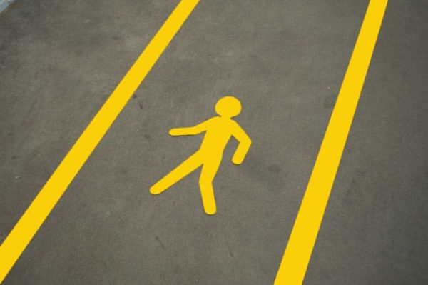 Lopende man voetganger vloersticker geel